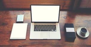 El ordenador portátil de Оpen y la tableta digital con la copia en blanco blanca espacian la pantalla para la información o el c imagen de archivo