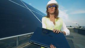 El ordenador portátil en las manos de un inspector de energía solar está consiguiendo cerrado almacen de video