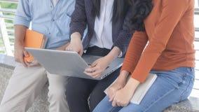 El ordenador portátil y el grupo de tres personas analizan los datos o el trabajo ap Foto de archivo libre de regalías