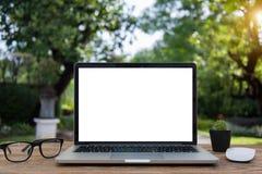 El ordenador portátil y la tableta del ordenador en la tabla empañan el backgroun Foto de archivo libre de regalías
