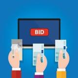 El ordenador portátil en línea de la subasta que hacía una oferta hizo una oferta efectivo aumentado mano del dinero del botón Imágenes de archivo libres de regalías