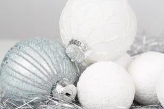El ornamento de la Navidad de plata y blanca adornó bolas cerca para arriba Foto de archivo