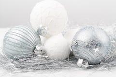 El ornamento de la Navidad de plata y blanca adornó bolas cerca para arriba Fotos de archivo