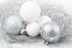 El ornamento de la Navidad de plata y blanca adornó bolas cerca para arriba Fotografía de archivo libre de regalías