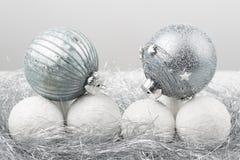 El ornamento de la Navidad de plata y blanca adornó bolas cerca para arriba Fotos de archivo libres de regalías