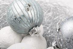 El ornamento de la Navidad de plata y blanca adornó bolas cerca para arriba Imagen de archivo libre de regalías