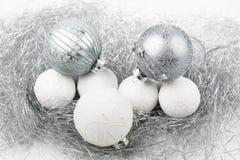El ornamento de la Navidad de plata y blanca adornó bolas cerca para arriba Imagenes de archivo