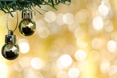 El ornamento de las bolas de la Navidad adorna en árbol de abeto sobre bokeh del oro Foto de archivo libre de regalías