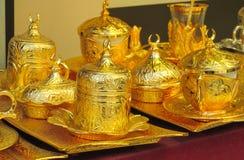 El oro adornó el juego de té Imagenes de archivo