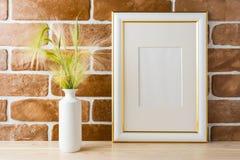 El oro adornó la maqueta del marco con el ladrillo expuesto hierba ornamental Fotografía de archivo