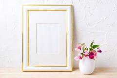 El oro adornó la maqueta del marco con el ramo de la flor en maceta Foto de archivo
