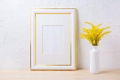 El oro adornó la maqueta del marco con gra floreciente amarillo ornamental Fotografía de archivo libre de regalías