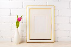 El oro adornó la maqueta del marco con el tulipán rosado magenta Imagenes de archivo