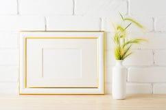 El oro adornó la maqueta del marco del paisaje con los oídos verdes de la hierba salvaje Imagen de archivo libre de regalías