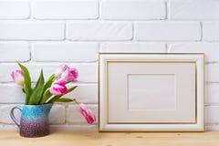El oro adornó la maqueta del marco del paisaje con los tulipanes magentas Fotografía de archivo libre de regalías