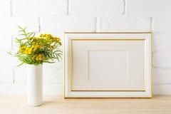 El oro adornó las paredes de ladrillo cerca pintadas de la maqueta del marco del paisaje Fotos de archivo