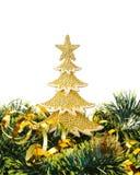 El oro adornó los árboles de navidad y el objeto del día de fiesta Imagenes de archivo