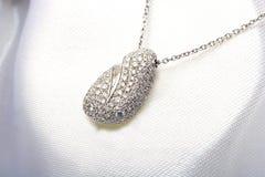 El oro blanco costoso pavimenta el collar del colgante del diamante Imagen de archivo