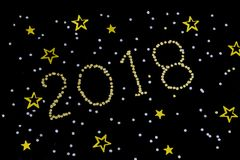 El oro brillante figura 2018, Año Nuevo con las estrellas del brillo en fondo oscuro La Navidad y celebración del Año Nuevo Fotografía de archivo