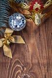 El oro de la bola de discoteca del espejo de la tarjeta de Navidad coloreó la máscara carnaval del arco fotografía de archivo