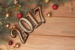 El oro 2017 de la Feliz Año Nuevo figura en el fondo de madera Foto de archivo