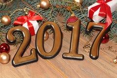 El oro 2017 de la Feliz Año Nuevo figura en el fondo de madera Fotos de archivo