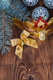 El oro de las bolas del disco tres del espejo de la tarjeta de Navidad coloreó carnava del arco Fotos de archivo libres de regalías