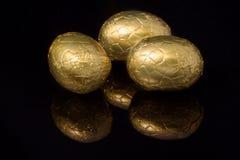 El oro envolvió los huevos de Pascua Fotografía de archivo