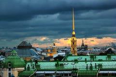 El oro pintó chapiteles de Peter y de Paul Cathedral en St Petersburg, Rusia Imágenes de archivo libres de regalías