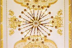 El oro plateó la ejecución de la lámpara del vintage en el techo Imágenes de archivo libres de regalías