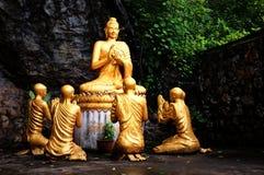 el oro plateó las estatuas de Buda como parte de un monumento budista y de un sitio santo del peregrinaje fotos de archivo libres de regalías