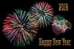 El oro pone letras a la Feliz Año Nuevo 2018 y destella de fuegos artificiales Fotos de archivo