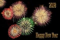 El oro pone letras a la Feliz Año Nuevo 2018 y destella de fuegos artificiales Imagen de archivo libre de regalías