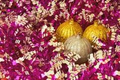 El oro tres y la Navidad del silve juegan en un primer colorido del fondo Año Nuevo, fondo de la Navidad Imagenes de archivo
