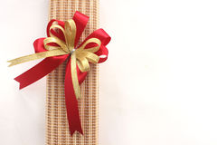 El oro y la cinta roja arquean con el giftbox en el fondo blanco Imagen de archivo