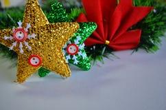 El oro y el verde protagoniza con el arco rojo para el árbol de navidad imagenes de archivo