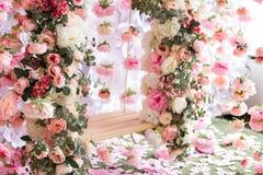 El oscilación adornado con las flores Foto de archivo libre de regalías