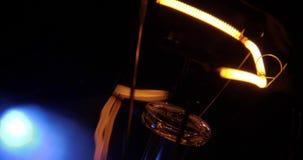 El oscilar real de la bombilla Hilo de la incandescencia, cierre para arriba