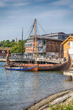 El Oseberg Viking Ship y su copia en el fiordo, Tonsberg, Noruega Foto de archivo libre de regalías