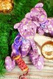 El oso de peluche hecho a mano del tilda de dos Provence juega en backgro de la Navidad Foto de archivo libre de regalías