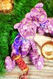 El oso de peluche hecho a mano del tilda de dos Provence juega en backgro de la Navidad Fotografía de archivo libre de regalías