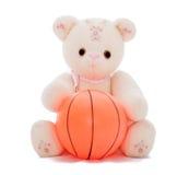 El oso de peluche quiere jugar la bola imágenes de archivo libres de regalías