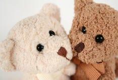 El oso del peluche se besa y abraza Imagen de archivo