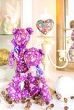 El oso púrpura hecho a mano del tilda de dos Provence juega en backgr de la Navidad Foto de archivo