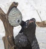 El oso y las abejas jerarquizan conseguir a miel la estatua de talla de madera Fotos de archivo