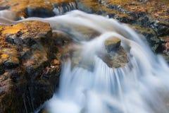 El otoño, Autrain baja cascada Foto de archivo