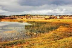El otoño coloreó paisaje del otoño del paisaje del valle en tonos del vintage Imagen de archivo libre de regalías