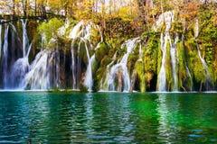 El otoño colorido y la cascada en el nacional de los lagos Plitvice equiparan Foto de archivo