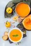 El otoño de la caída asó la sopa anaranjada de la zanahoria de la calabaza con ajo Imagen de archivo