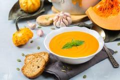 El otoño de la caída asó la sopa anaranjada de la zanahoria de la calabaza con ajo Imagenes de archivo
